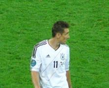 L'Argentina vola con Messi, la Germania si salva con Klose