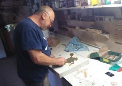Il maestro d'Arte Santi Del Sere al lavoro per il Trofeo della Battaglia