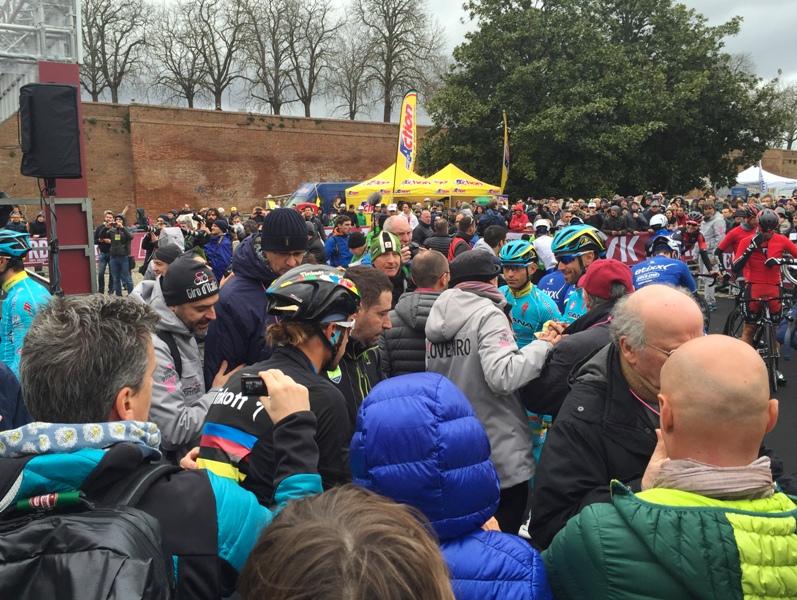 Strade Bianche 2016 partenza folla x sportapp